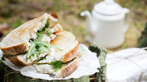 Låt smörgåsarna kallna innan de sveps in i smörgåspapper.