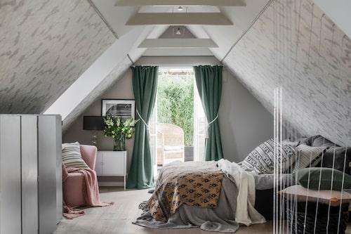 I sovrummet på övervåningen sitter Emma von Brömssens tapet Dancing crane på snedväggarna. Övriga väggar är målade med en ljusgrå färg som matchar tapeten för att det inte skulle bli alltför oroligt med mönster överallt.