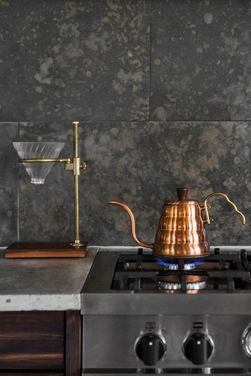 Kopparkanna Hario buono kettle från Hario. Istället för kakel är väggen klädd med kalksten från Stonefactory, behandlad med stenolja.