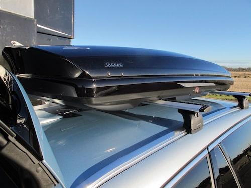 Lite fel blir det när Jaguar ska göra sin andra kombi. En normallång takbox får inte plats eftersom överdelen på bagageluckan, med tillhörande spoiler, stjäl så mycket plats.