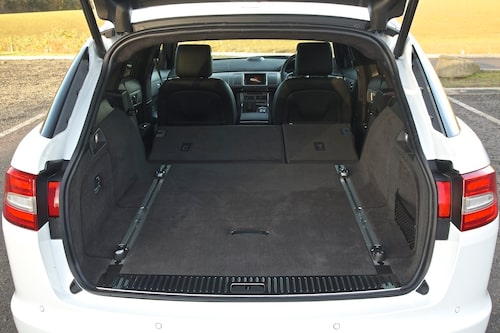 Lastutrymmet är jämförligt med BMW 5-serie och Audi A6. Lastskenor ingår.