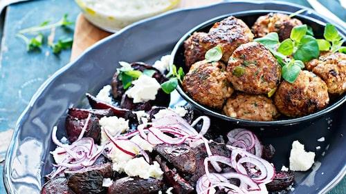 Recept på stora köttbullar med ugnsbakade rödbetor, fetaost och tsatsiki.
