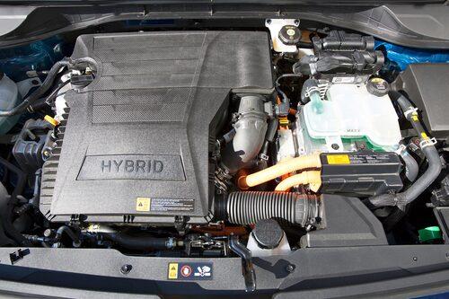 Att det sitter en hybrid under motorhuven är ju svårt att missa när man tittar in. 141 hästar bjudes.