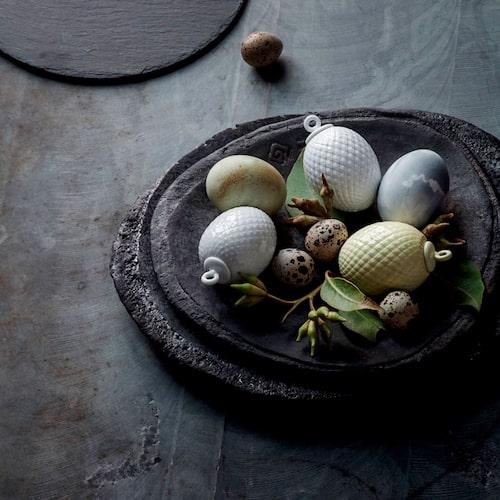 Låt dekorationsäggen bli en del av ett vackert stilleben tillsammans med riktiga ägg och kvistar.