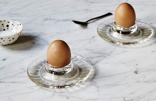 Ägget är ju så vackert precis som det är – lyft fram det i all sin enkelhet genom att placera det i en vacker äggkopp av glas.