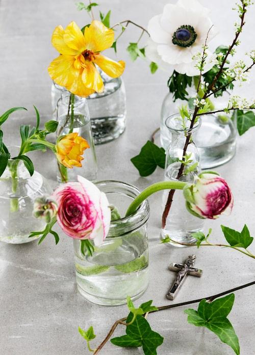 När påsken är här, då ÄR det vår – dekorera med vackra vårblommor i alla dess färger!