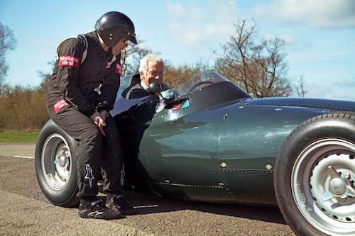 Gary Pearson bakom ratten, värmer upp Bonnier-bilen. Linus punktvärmer lite av däcket.