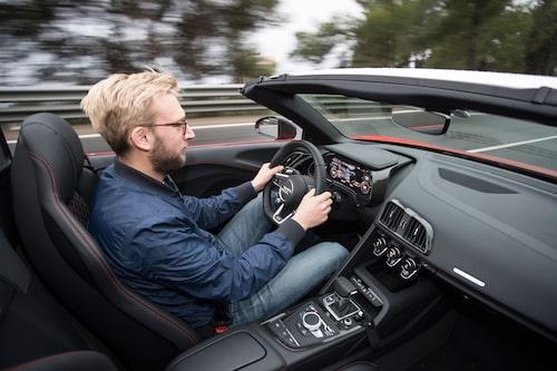 Extrautrustad med sportavgassystem bjuder R8 Spyder på en förstklassig motorkonsert.