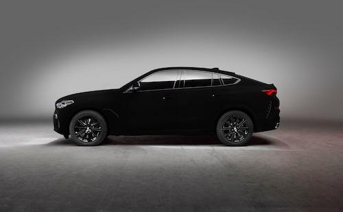 Det ser nästan inte ut att vara äkta, som om bilen har fått ett svart sjok pålagt i Photoshop. Men så har inte gjorts.