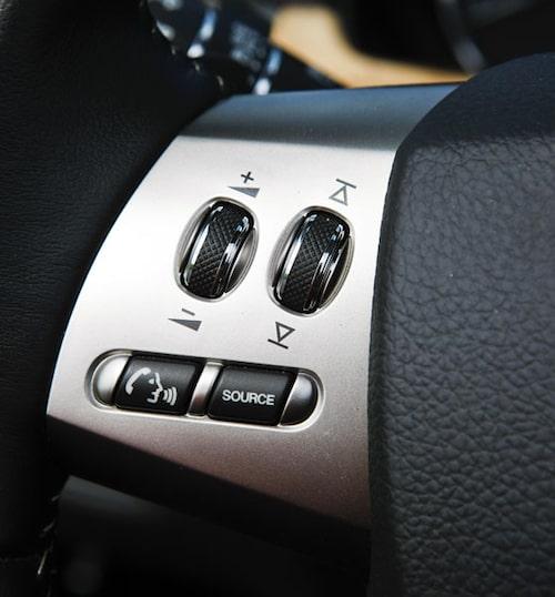 Utmärkta rattreglage. Rulla uppåt för att höja volymen, nedåt för att sänka. På den högra rattekern sitter farthållaren som fungerar på samma sätt.