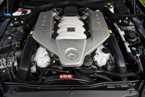 Trångt redan med 6 208 cm3 V8:a. Hur tyskarna lyckas klämma ned tolvan i SL 65 AMG är en gåta.