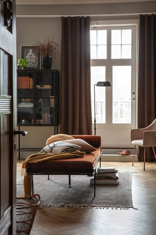 Här är väggarna inte speciellt mörka, men de dova färgerna på möblerna ger rummet härligt mustig karaktär.