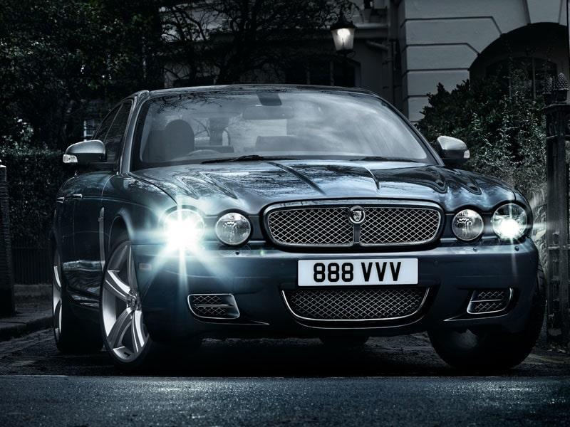 XJ har genomgått de största förändringarna sedan den blev med aluminiumkaross 2003. Trots det finns fortfarande de karaktäristiska mjuka Jaguar-dragen där.