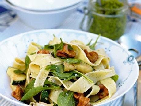Färsk pasta med sommarkantareller och dillpesto