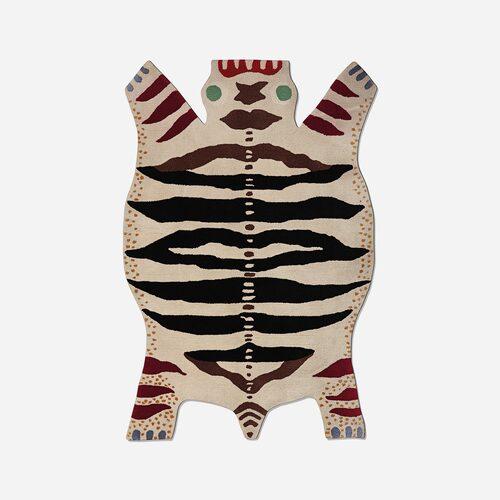 """Här är det inte en isbjörn som fått sätta livet till utan ett """"odjur"""". Skaparen Josef Frank tyckte nämligen inte att man skulle trampa på djur eller blommor, men att ett odjur i ull gick bra att ha på golvet. I ull, 180 x 120 cm, 29 000 kr, Svenskt tenn."""