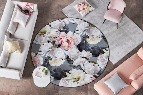Varför inte låta mattorna överlappa varandra? Dessa från Designers guild.