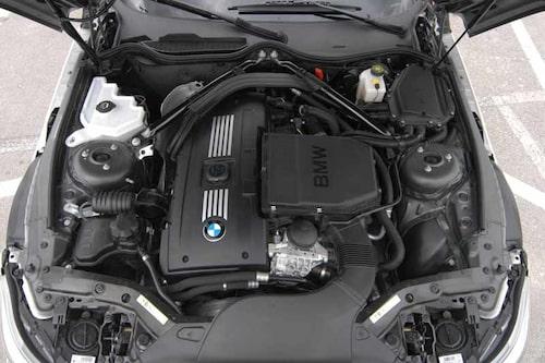 Till en början kommer Z4 med tre olika motoralternativ. Instegsmodellen Z4 23i får en 2,5-liters rak sexa på 204 hk. Pris 363 000 kronor. Mellanmodellen har 3,0 liter, 258 hk. Pris 430000 kronor. Toppmodellen har direktinsprutad 3,0-litersmotor på 306 hästkrafter. Pris 470 000 kronor.