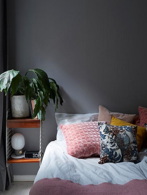 Sovrummet är målat i rofyllt grått, men det rosa återfinns även här. Stringhylla second hand. Kuddar från Ceannis, Brandstationen och Habitat.