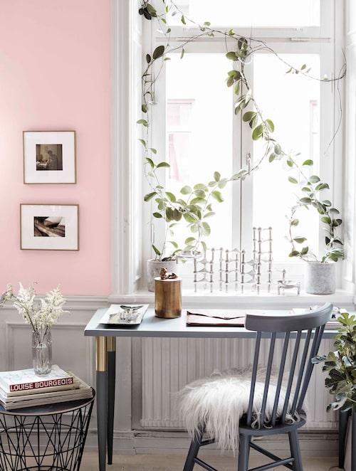 Skrivbordet är en målad träskiva med ben från Pretty pegs. Stol och fäll från Stalands. I fönstret samlarljusstaken Nagel.