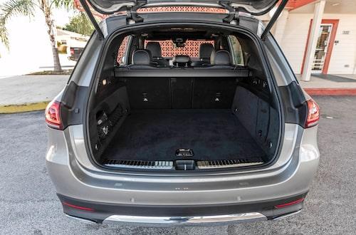 Bagaget i uppfällt läge är mindre än Volvo XC90, men växer till stora 2055 VDA nedfällt.