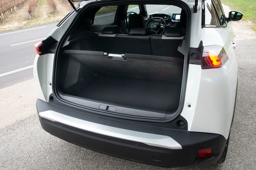Lastgolvet har två nivåer, och golvet kan hållas uppe i ett smart utformat grepp. Batteripaketen ligger under sätena.