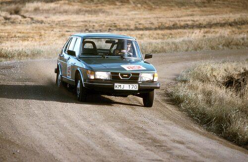 Första generationen 900 är den bäst säljande Saaben genom alla tider. Totalt byggdes nästan en miljon bilar mellan 1978 och 1993.