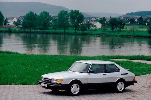 Saabs första Aero-modell kom 1984 och baserades på 900 Turbo. 175 hästrafter, sidokjolar och treekrade lättmetallfälgar gjorde det här till den ultimata Saaben. Avtäckningen skedde i Bryssel 1984 där den stod och var vulgär och sober på samma gång.