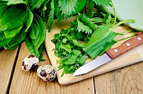 Ersätt spenat och andra gröna bladgrönsaker med brännässlor i recepten.