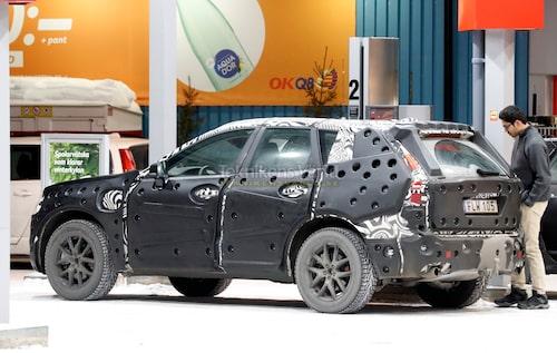 Även en hybrid måste tankas med flytande bränsle.