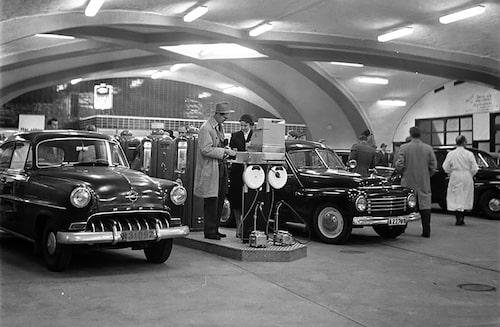 Bensinstationen i Katarinaberget vid Slussen i Stockholm vid invigningen den 5 oktober 1955. Det året kostade bensinen i snitt 60 öre per liter. I dag motsvarar det 8,46 kronor per liter, drygt hälften mot vad bensinen kostar i dag.