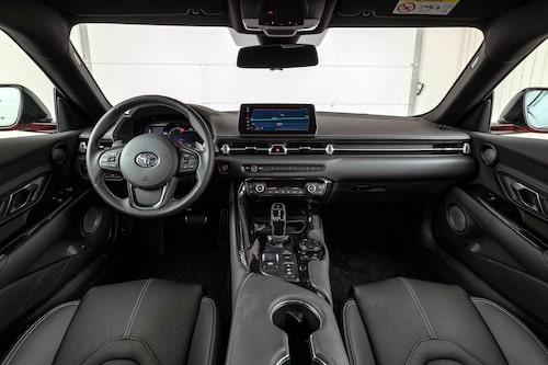 Stor Toyota-blaffa i rattcentrum och förra generationens BMW-prylar genomsyrar Supra .