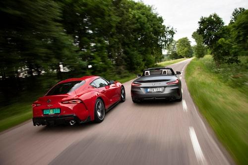 GR Supra laddar på för omkörning av Z4 M40i. Lägre vikt gör Toyotan något mer rapp.