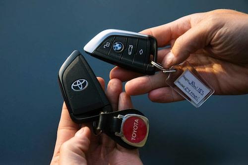 Lika som bär. Bilnyckeldosorna är av typisk BMW-modell.