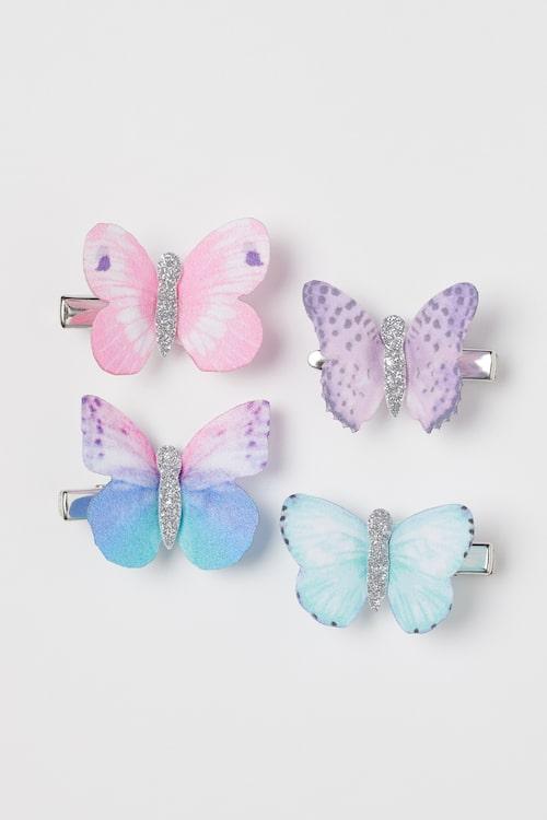Somriga fjärilar i håret uppskattas av barnen.