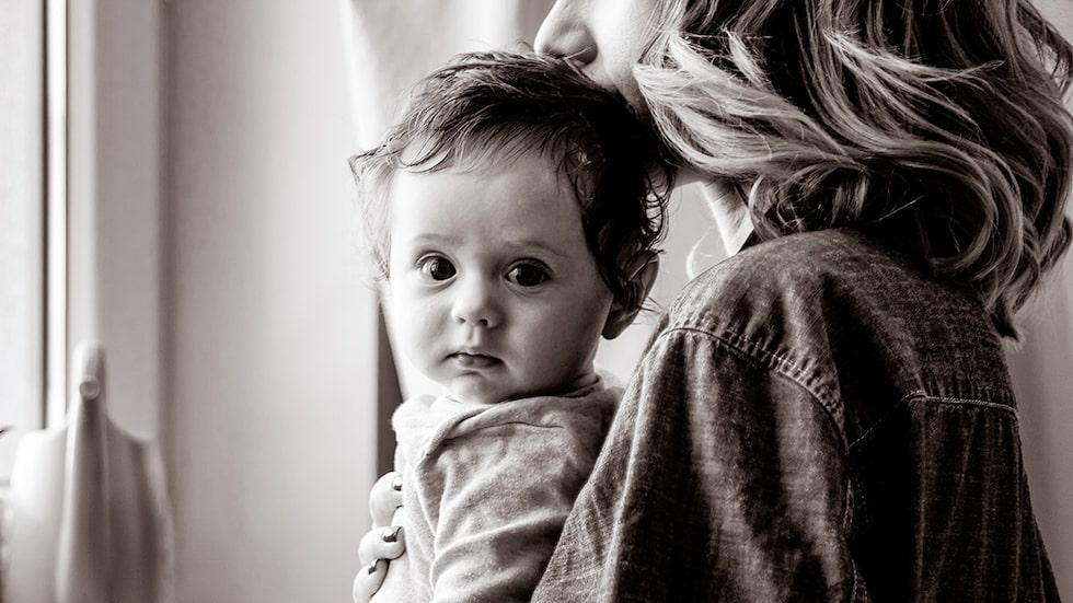 Finns det risk att mitt barn påverkas negativt om jag följer med på resan? Barnpsykologen svarar.