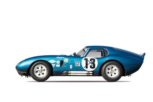 Uppgiften att ta fram den mer aerodynamiskt korrekta karossen till Shelby Cobra föll på 27-årige Pete Brock.