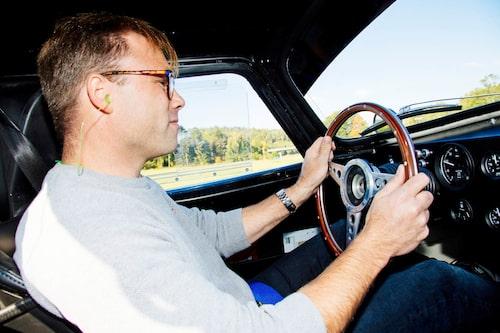 En lycklig man, på väg i en Shelby Daytona Cobra. Förvisso en replika, men vem bryr sig?