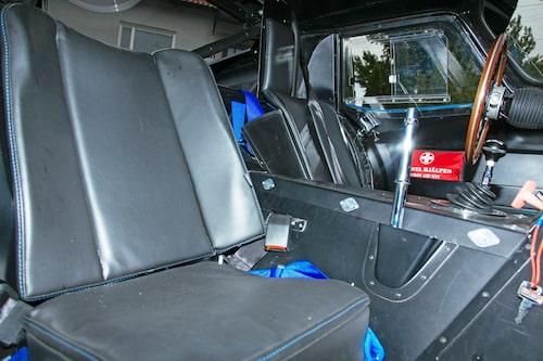 Stolarna är inget under av någonting, allra minst på passagerarsidan. Notera den skönt korta och knubbiga växelspaken.