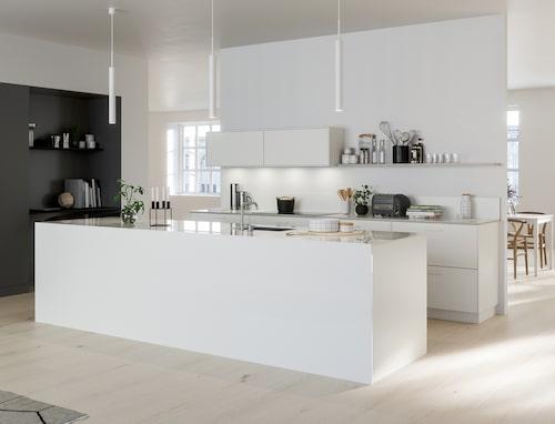 Bild: BallingslövEn köksö som solitär mitt i rummet skapar en självklar pol att röra sig kring. Matlagning, sällskap och småprat hamnar i centrum på ett naturligt sätt. Här syns bistroköket System 10 från Ballingslöv.