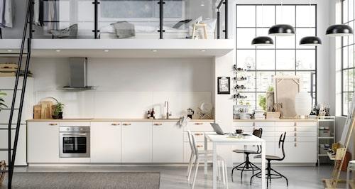 Jobba hemma, eller som hemma på jobbet. Det här snygga, förlängda studioköket från Ikea är en kreativ oas för både matlagning och konstnärligt skapande. Vilken dröm!