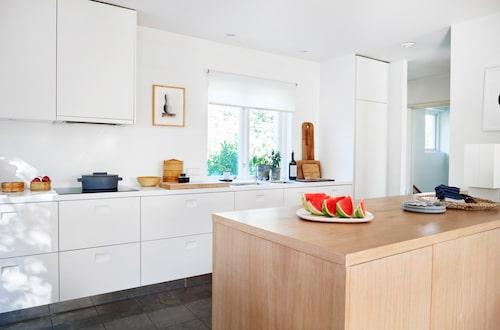När familjen växte revs en vägg i det långsmala köket och ett helt nytt byggdes. Johannes Norlanders köksinredning ritad för Asplund är flärdfritt avskalad. Attiraljer i trä och bambu, och en gryta av Stefania Vasques för Sambonet – i samma enkla stil – ger ett harmoniskt intryck. Bänkskiva av corian och tavla av Björn Keller.