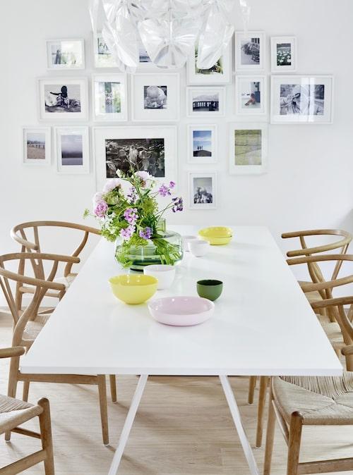 Här samlas familjen, också i form av en porträttvägg. Matbord av Thomas Eriksson, med Wegners Y-stolar i vitsåpad ek som ackompanjemang för långsittning. Ett fång sommar i vasen av Carina Seth Andersson för Marimekko. Pastellfärgade skålar, Mud. Takarmatur Hope, Luceplan.