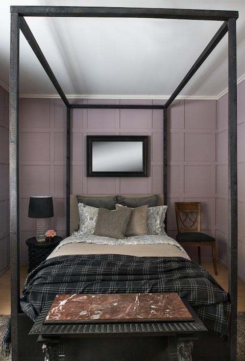 Gästrummet är det enda rummet med en avvikande väggfärg, kanske kan man likna den vid blåbärsmjölk? Stramheten hos sängens svartmålade ramverk – byggt direkt på Ikeas Malm – mjukas upp av en generöst bäddad säng och den gamla bänken med marmorskiva vid fotänden. Sänglampa från 60-talet, köpt secondhand. Stolen är fyndad på Bukowskis market. Sänglinne från Gant.