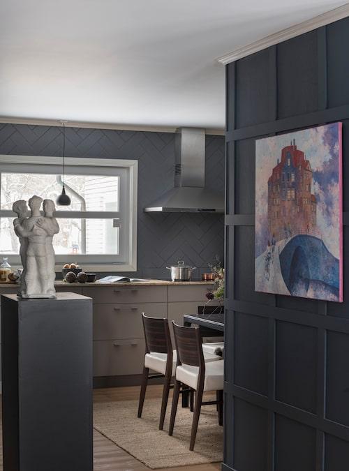 På väg in i köket. Konstnären som målat tavlan heter Galina Davydtchenko och har titeln Under bron. På en pelare står en liten skulptur som köpts för en spottstyver och målats vit.
