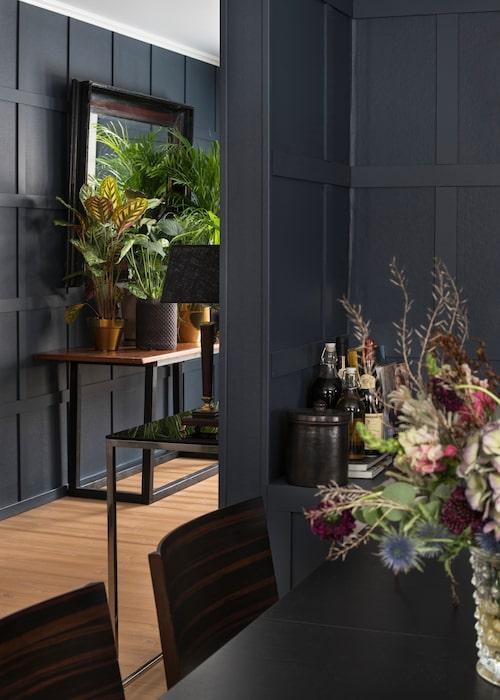 Hemmet är planerat som en helhet av Geir Oterkjær. Det ger ett lugnare intryck och en tydlighet som är skönt för ögat. De mörka väggarna med listverket är genomgående i hela hemmet. Härligt blomsterbord fullt med prunkande krukväxter i en mixad kruksamling.