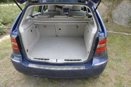 Bagageutrymmet är i princip orört, men under golvet ligger gastankar i stället för reservhjul.
