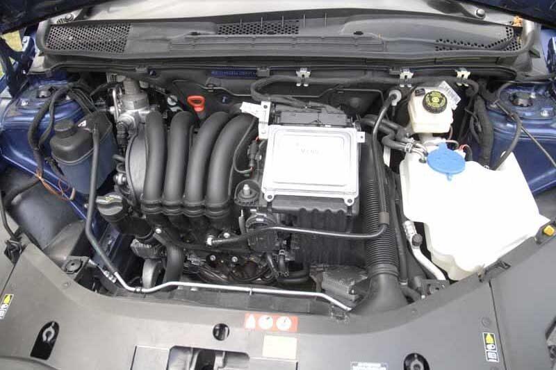 Under huven sitter tvålitersmotorn från B 200. Motorn har försetts  med ett extra insprutningssystem för gas.