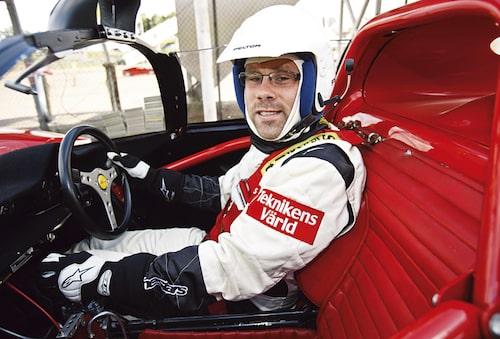 Visst ser han lätt medtagen ut, vår utsände. Ferrari 206 S Dino beskrivs som en fröjd i kurvorna.