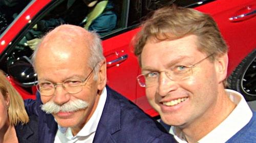 Dieter Zetsche, till vänster, lämnar över till Ola Källenius, till höger.
