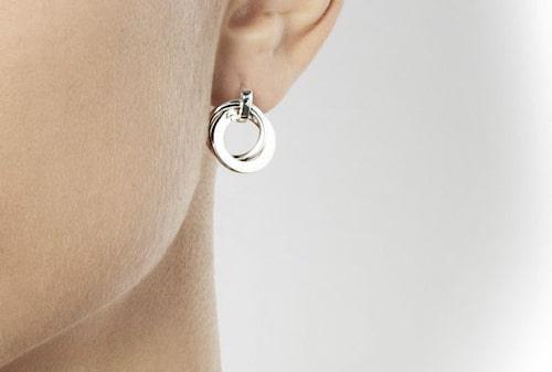 Handla smycken från Efva Attling direkt här i artikeln. Klicka på plusset i bild eller direkt på produkterna nedan, utcheckning med Klarna.